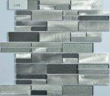現代様式の台所はアルミニウムをタイルを張る