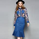 포켓을%s 가진 여자 복장이 꽃 인쇄한 옷에 의하여 주름을 잡았다