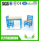椅子が付いている子供の純木表のための家具