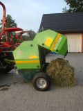 Yk8050小型ラウンド・ベーラは、ラウンド・ベーラを干し草にする