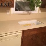 Partie supérieure du comptoir beige artificielle de cuisine de pierre de quartz