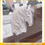 Monumento rosso della scultura della lapide e del cavallo del granito