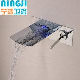 Grifo montado en la pared vendedor caliente de la cascada del cuarto de baño del cromo con el LED
