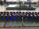 Selbst, der den Fahrzeug- mit zwei Rädernelektrischen Roller balanciert