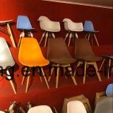 Presidenza di plastica di Eames della sala da pranzo del tessuto