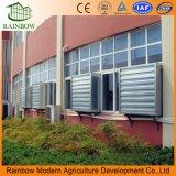 Стена отработанного вентилятора вентиляции и установленный окном циркуляционный вентилятор ванной комнаты