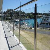 バルコニーのためのステンレス鋼のフレームによって強くされるガラス手すりかガラスの柵または柵