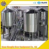 Frisches kupfernes Bier, das Maschine herstellt