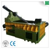 L'éjection latérale de la machine pour recycler la ferraille