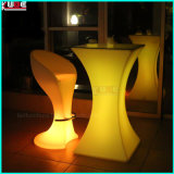 リモート・コントロールと高いシャンペンの低い小テーブル