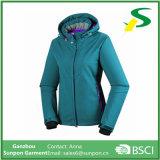 流行の先端を行く女性の循環のSoftshellのジャケット