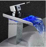 Grifo montado cubierta del lavabo de la cascada LED para el cuarto de baño