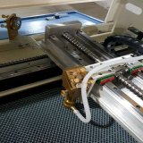 Cortadora cerrada del laser del CO2 del metal del cuero y del vidrio y de madera y del acrílico no