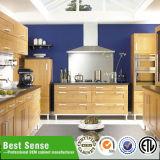 Конструкция современной мебели кухни установленная