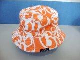 女性によって印刷されるバケツの帽子