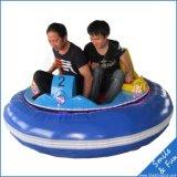 子供の乗車を競争させている子供のための小型電気バンパー・カー