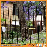 弓上の粉の上塗を施してある庭の塀