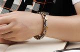 De in het groot Gouden Hand siert de Armband van Mensen