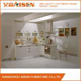 بيضاء طلاء لّك [كيتشن كبينت] مع حديث مطبخ تصميم
