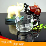 De in het groot het Drinken van de Mok van het Glas van het Bier Mok van de Koffie van de Kop van het Glas met Handvat