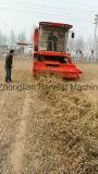 発掘されるピーナツプラントのための収穫機を集めるピーナツ