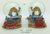 雪の球の記念品のギフトを持つPolyresinのラクダ