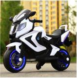 Conduite en gros de gosses d'Audi sur la moto électrique pour des gosses