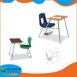 도매 교실 학생은 의자를 가진 책상을 골라낸다