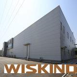 La luz de moderno diseño en la construcción del bastidor de acero estructural