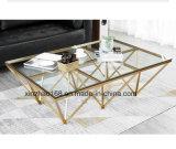 金カラーガラス上のダイニングテーブル