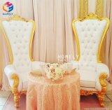 Fête de mariage de Gros Roi et Reine des chaises pour le pont et le groom