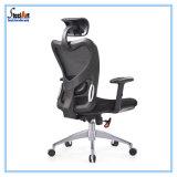Item de estoque regular cadeira de escritório de tecido com braço regulável.