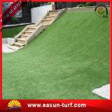 Дерновина ковра травы зеленого цвета напольных спортов искусственная