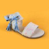 I capretti tessono i pattini piani dei sandali delle ragazze della nappa superiore di Bownot beige