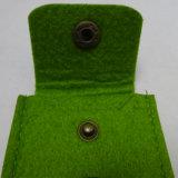 押されたボタンが付いている名刺のフェルト袋