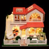 Casa de boneca de madeira com brinquedo das mobílias