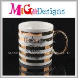 Tasse en céramique colorée avec la cuvette faite sur commande de configuration