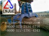 Encavateur électrohydraulique de bois de construction sur le port