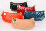 Vari colori e disegni dei sacchetti di spalla dell'unità di elaborazione per i sacchetti delle donne