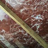 Piso de baldosas rojas pulidas y losa de mármol