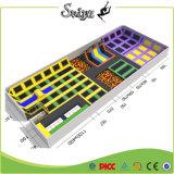Parque interno padrão do Trampoline da área de jogo do Ce com os acessórios das aros de basquetebol