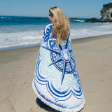 優雅な方法女性のビーチタオルの終わりのマット