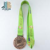Stazione di finitura calda di maratona del ricordo che esegue la medaglia in lega di zinco di sport
