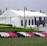 La grande exposition hall d'usager d'événement décorent la tente