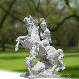 Scultura di marmo di un soldato che guida il cavallo ed il drago di malvagità