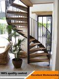 La madera sólida antirresbaladiza utilizó diseño recto de la escalera con el pasamano del metal
