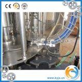 Acqua minerale che riempie macchina di plastica