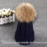 女性はツイスト編む毛皮のポンポンの帽子の帽子を嘆く