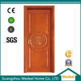 Entrada clássica da porta de madeira sólida com a fechadura do puxador de porta