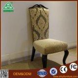 يصمّم كرسي تثبيت خشبيّة كلاسيكيّة يستعمل لأنّ غرف